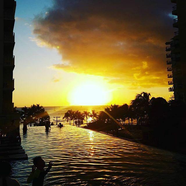 Gooooood timimg! Have a nice weekend!! . #todayssunset #waikiki #hawaii #hawaiilife #ハワイ生活 https://ift.tt/37P6zMApic.twitter.com/pIFEnOJYBA