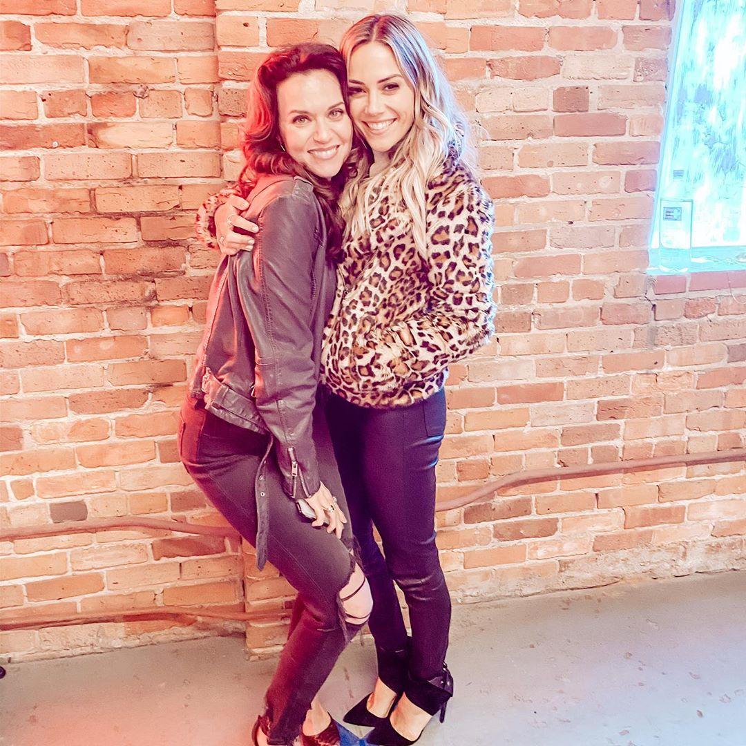 """@kramergirl  """"Quand Alex rencontre pour la première fois Peyton au Tric""""  #JanaKramer #AlexDupre #HilarieBurtonMorgan #PeytonSawyer   #Jo'pic.twitter.com/gURiXzjEl1"""