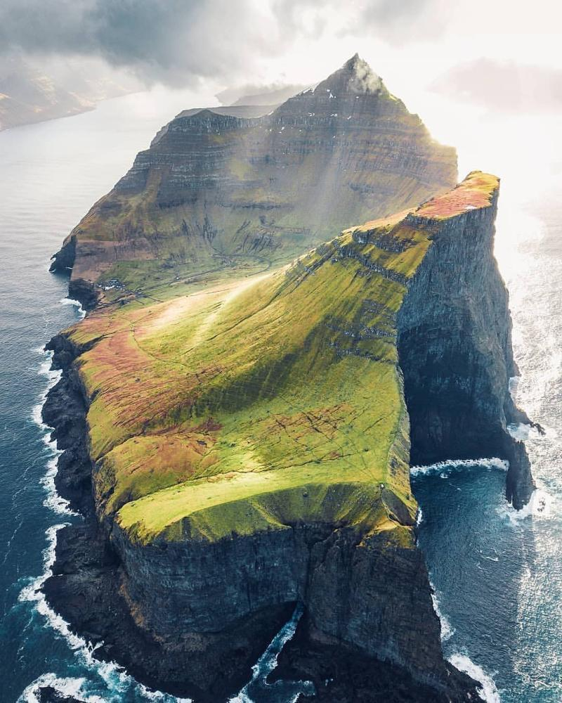 Unreal landscape in the Faroe Islands <br>http://pic.twitter.com/dZo3v20NTd