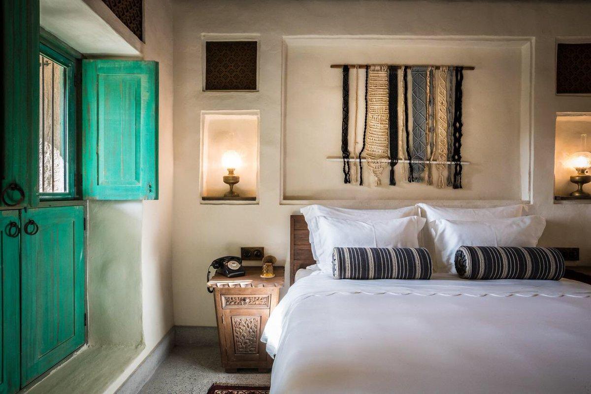 ドバイにある2018年オープンのAl Seef Hotel。広大な敷地に100年前の港町が再現されていて、ホテル内にはシーシャカフェや市場まであるそう。運河から渡し舟でホテルエリアに入ったら、まるで迷路のような街並みが広がる。まさにアラビアンナイトの世界🐪🌴しかも一室1万円以下で泊まれるそう…🥺