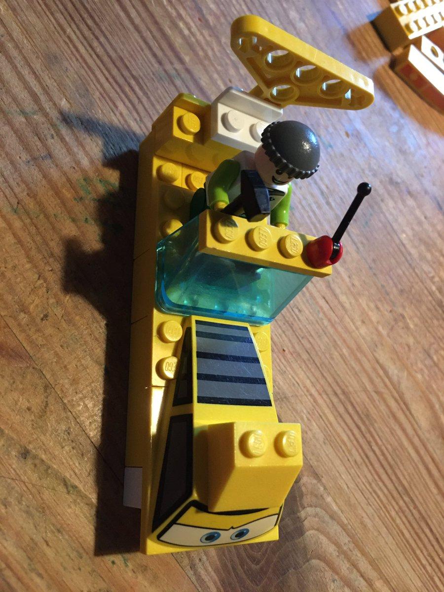 Bauen mit dem was grad da ist. #Lego #LebenMitKind pic.twitter.com/W6J2BinqA1