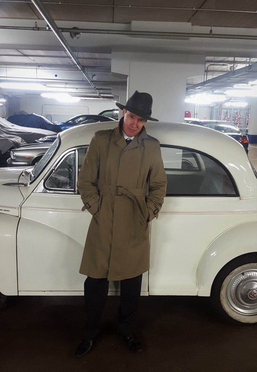 Barry ready for video shoot, looking lost without his trombone. Big thanks to milliner @johnshevlin1 for the hat and to @courtyardclass2 for the wheels  #filmnoir #filmnoirstyle #soulmusic #1940sfashion #1940sstyle #vintagestyle #morrisminor #classiccarspic.twitter.com/UaPMQZBvSR