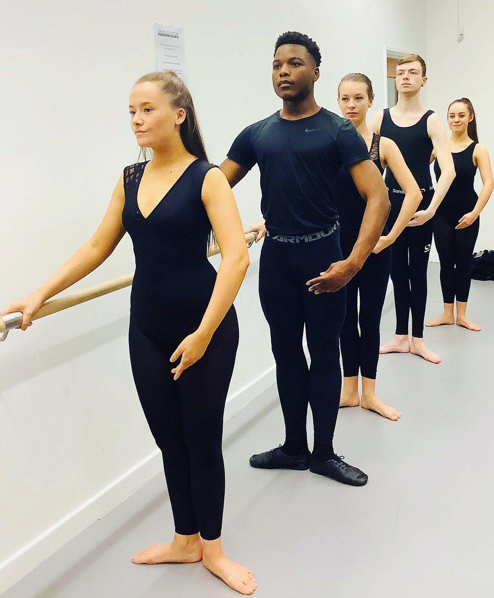 To the barre we go... #londoncollegapa #lcpa #london #performingarts #btec #college #ballet #danceclass #dancers #balletbarre #balletclass #firstposition #dancerspic.twitter.com/JsM9qXseMv