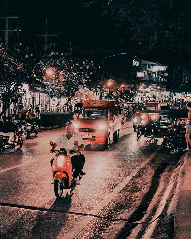 Buzzing Thailand Sony a6300, Sony 20mm f/2.8 . . . #streetphotography #streetsofthailand #streetsofkrabi #krabithailand #aonangkrabi #nighttraffic #aonangbynight #roamers #lightroommobile #lightroomcc #lightroomedits #sonyalpha #bealpha #alphauniverse #s… https://ift.tt/38R6BFipic.twitter.com/zIbbgdNq8N