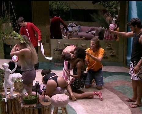 This represents brazil more than soccer and samba:   UM GRANDE SURTO COLETIVO   #BBBB2O20 #BBB20<br>http://pic.twitter.com/7vxHZpapXX