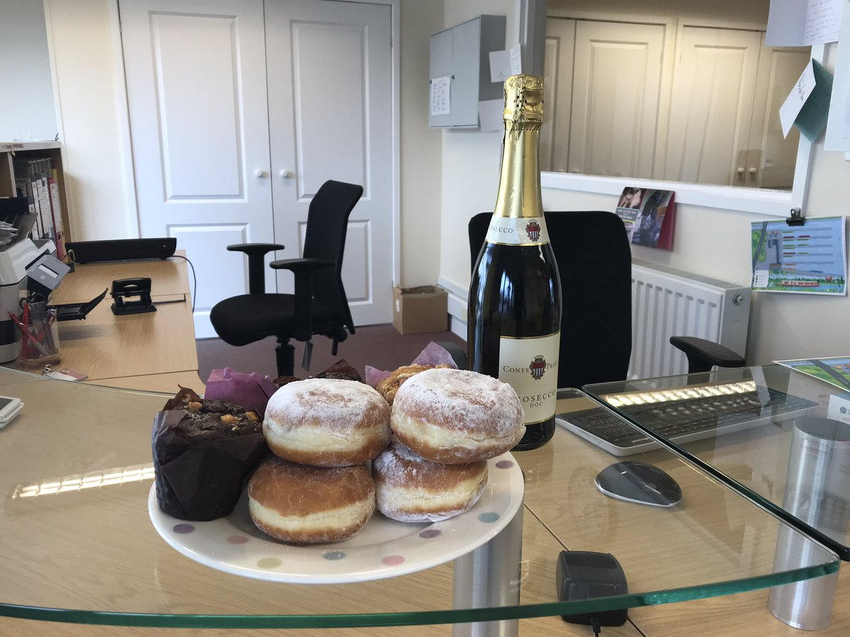 A massive thank you to the owner of Nb Boatie who has supplied the team with some weekend snacks and a bottle of Prosecco for after work 🥳🎉👍🏼😍  This will keep Bryan happy over the weekend 🤣🤣🤣🤣  #venetianmarina #weekendfood #thankyou #muffins #prosecco