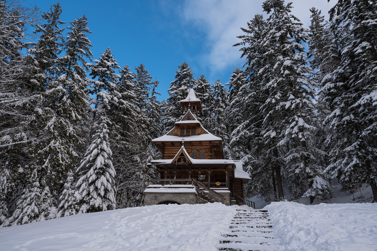 Die Herz-Jesu-Kapelle von Stanisław Witkiewicz im Stadtteil Jaszczurówka in #Zakopane, verschneit, fotografiert tagsüber und nachts. #Polenpic.twitter.com/MnhsuHnfMV