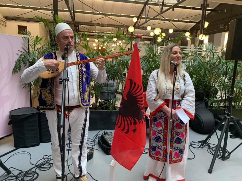 """Anëtarët e Diasporës shqiptare në Danimarkë prezantojnë simbolika emblematike kombëtare si & libra e shkrime të shkrimtarëve shqiptarë e albanologëve danezë mbi gjuhën shqipe në """"Festën e gjuhës"""", të organizuar në Kopenhagë. https://www.facebook.com/100023057122435/posts/609656096479622/?d=n… #diasporashqiptare #akdiasporëspic.twitter.com/lBmibYgAW6"""