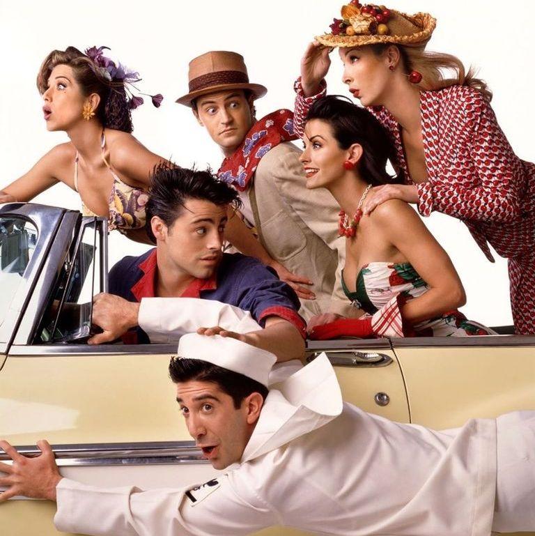 """Büyük bir hayran kitlesine sahip ünlü Amerikan komedi dizisi #Friends'in özel bir bölüm yapacağı haberi kesinleşti. Müjdeli haberi Jennifer Aniston Instagram hesabından """"It's happening"""" diyerek duyurdu😍 #FriendsReunion"""