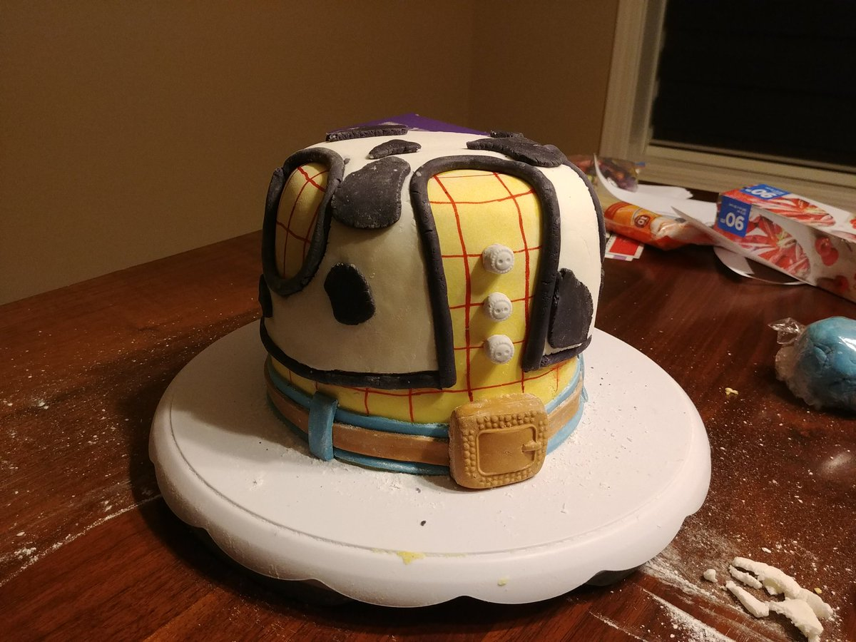 While I wait to see if my connection to the Twitch servers clears up take a look at this amazing top-half of Oakley's birthday cake that Summer made! pic.twitter.com/c50zK1sSoh
