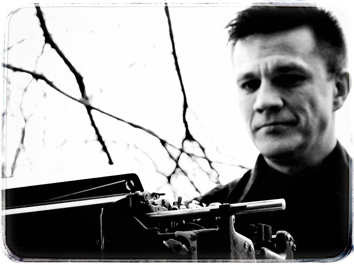 Wie #Krimiautoren tatsächlich schreiben. So und nicht ander. Wer das Gegenteil behauptet - der lügt.  https://amzn.to/39KwGFU  #schwarweiss #schwarzweiß #schwarzweissfotografie #schwarzweissfoto #dresden #Dresdenkrimi #Sachsenkrimi #Erzgebirgskrimi #Bergstadtkrimipic.twitter.com/hOIXM6lAB8