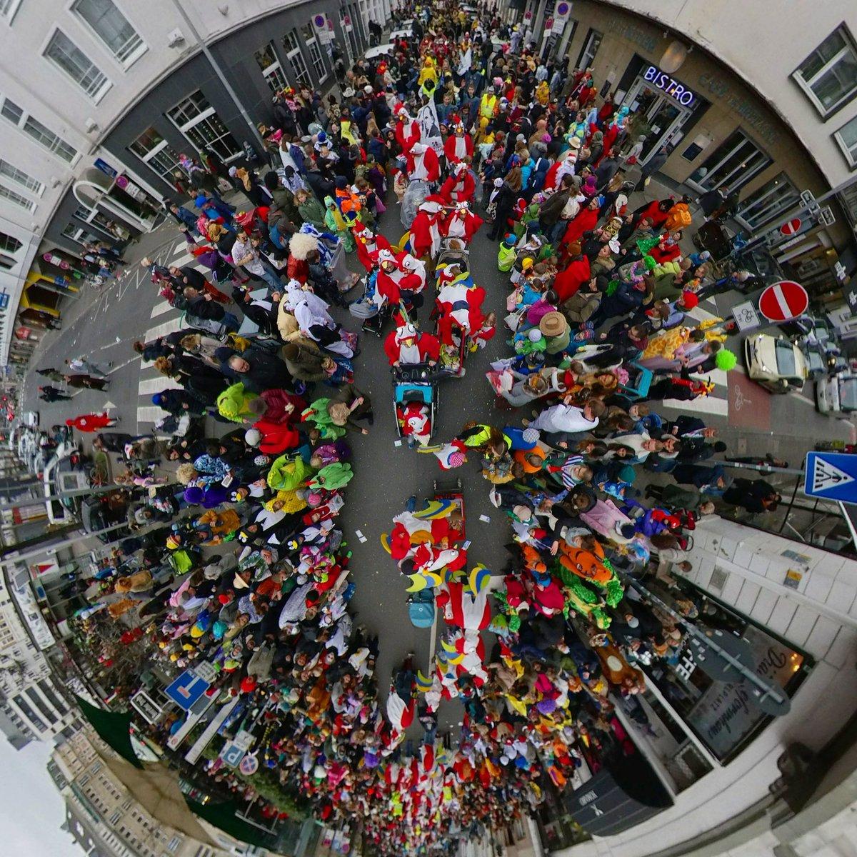 Blick in den #Karneval von oben #Düsseldorf #Duesseldorf #helau #Tinyplanetpic.twitter.com/3v2GqQdwpL