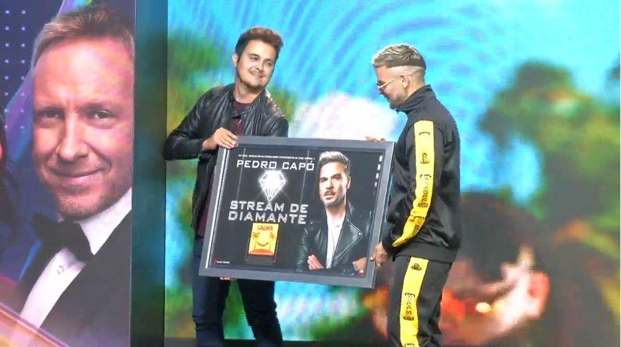 """Nuestro @pedrocapo recibió el reconocimiento de Sony Music por superar los 41 millones de reproducciones con su hit """"Calma"""" 🤩✨ Sigue la conferencia ➡ https://bit.ly/2PgXOot"""