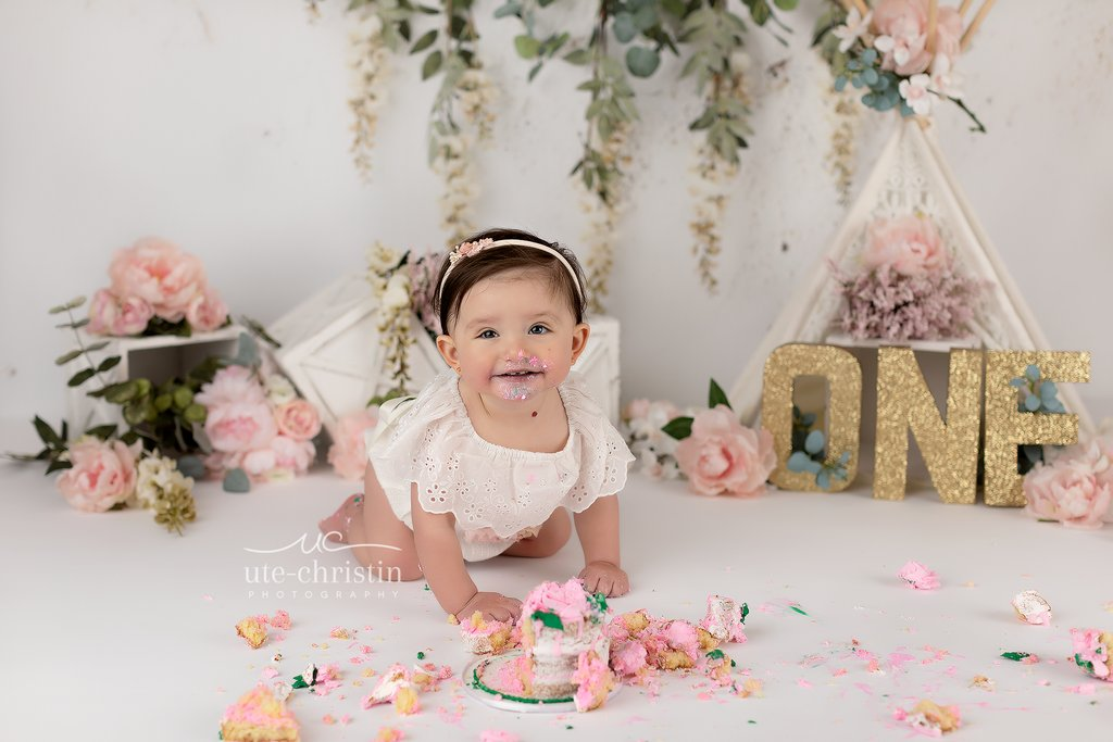 Sweet little Maria had a blast today during her smash! It is rare that we see kids eat any cake, but she ate most of it! A girl after my own heart! #childportraits#birthdayphotos#cakesmash#firstbirthday#cakesmash#cakesmashphotography#cakesofinstagram#smashcakepic.twitter.com/A8velagY76