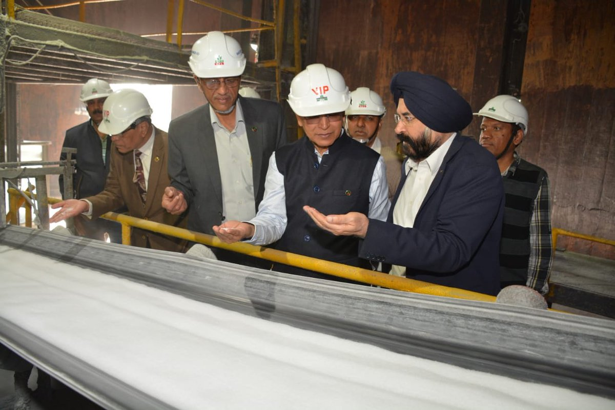 C&MD along with Dir (Tech), Dir (Fin) and Head of the Nangal unit took a round of the plant before the starting of QRM.  Observed the production of urea and interacted with  executives in the Control Rooms.  @manojmishra_100 @fertmin_india @DVSadanandGowda @mansukhmandviyapic.twitter.com/gbMI6uLvom
