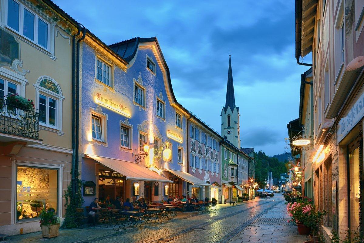 Garmisch-Partenkirchen is de perfecte uitvalsbasis om de natuur in de omgeving te ontdekken, zoals de magische Partnachklamm, de kristalheldere Eibsee en de Zugspitze, de hoogste berg van Duitsland. #DuitslandDichtbijpic.twitter.com/V23c7nUFzV