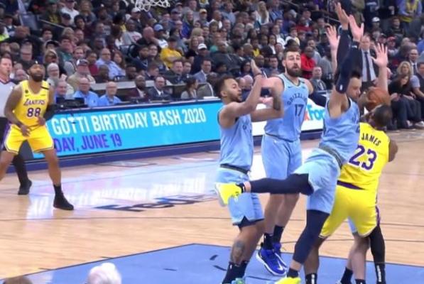 【影片】詹姆斯踩到對手險受傷,10秒後繫上鞋帶繼續幹,Howard第一時間的舉動值得稱讚!-籃球圈