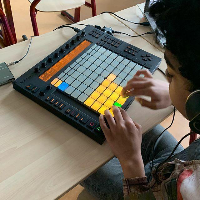 Making beatz beats biets! 🎧 🎚#ableton #abletonpush #drumkit #hiphop #musicproducer #musicproduction #pioneerdj #ddj400 #mobiledj #djlife #ddj #dj #tracks #music #djschool #djschoolhouten #rekordboxdj #djset #djequipment #learntodj #instadj #djsetup #…