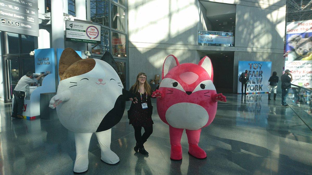 Content Managerin Carmen Mlcoch hat auf der @ToyFairNY Freundschaft mit zwei niedlichen Katzen geschlossen. #tfny #dasspielzeug #ToyFair2020pic.twitter.com/r84el9gK14