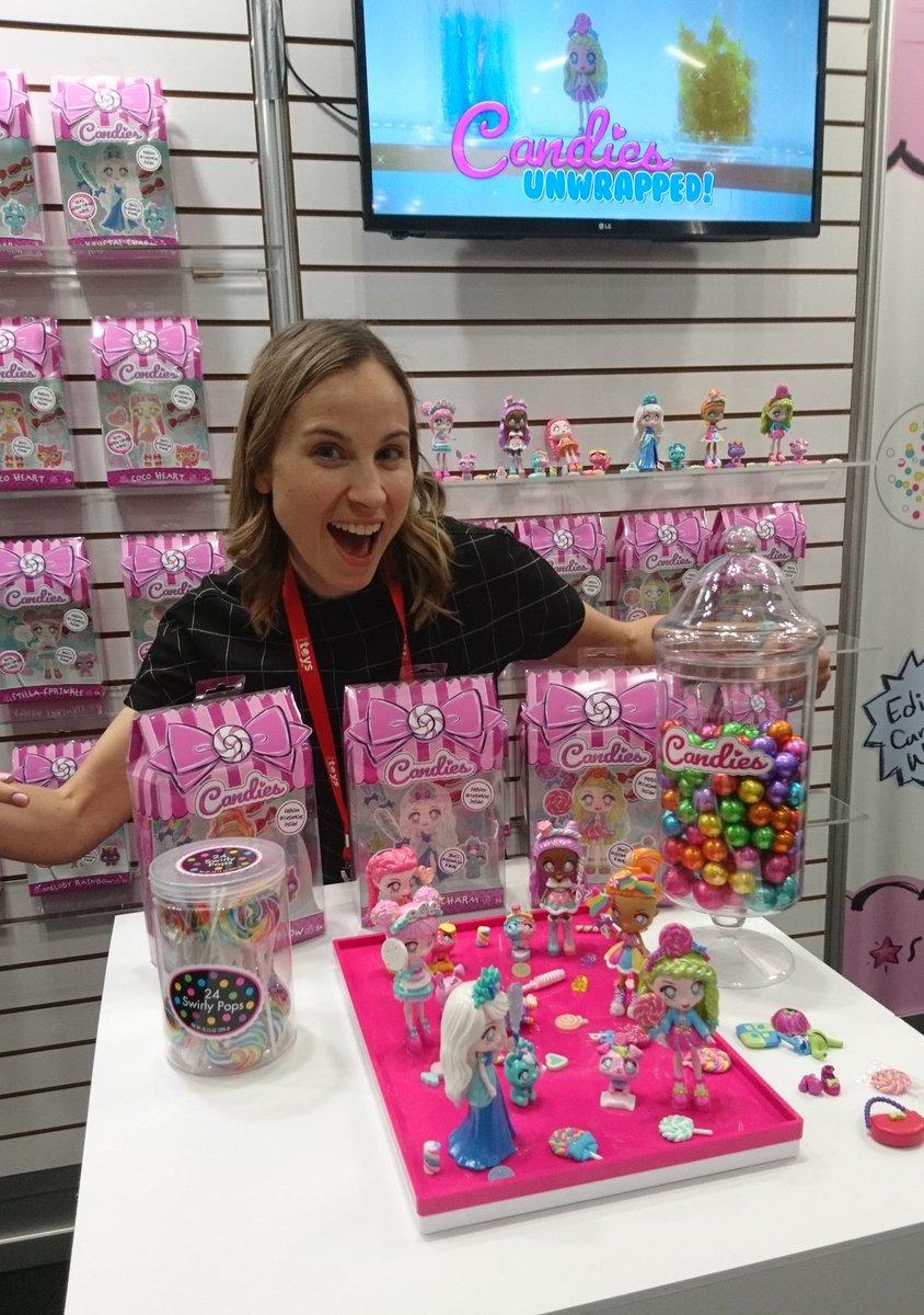 Sarah Baskin von Far Out Toys zeigt uns die neue Produktlinie, die nicht nur lecker riecht, sondern wirklich auch schmeckt. #tfnypic.twitter.com/oXKW0kk2Ig