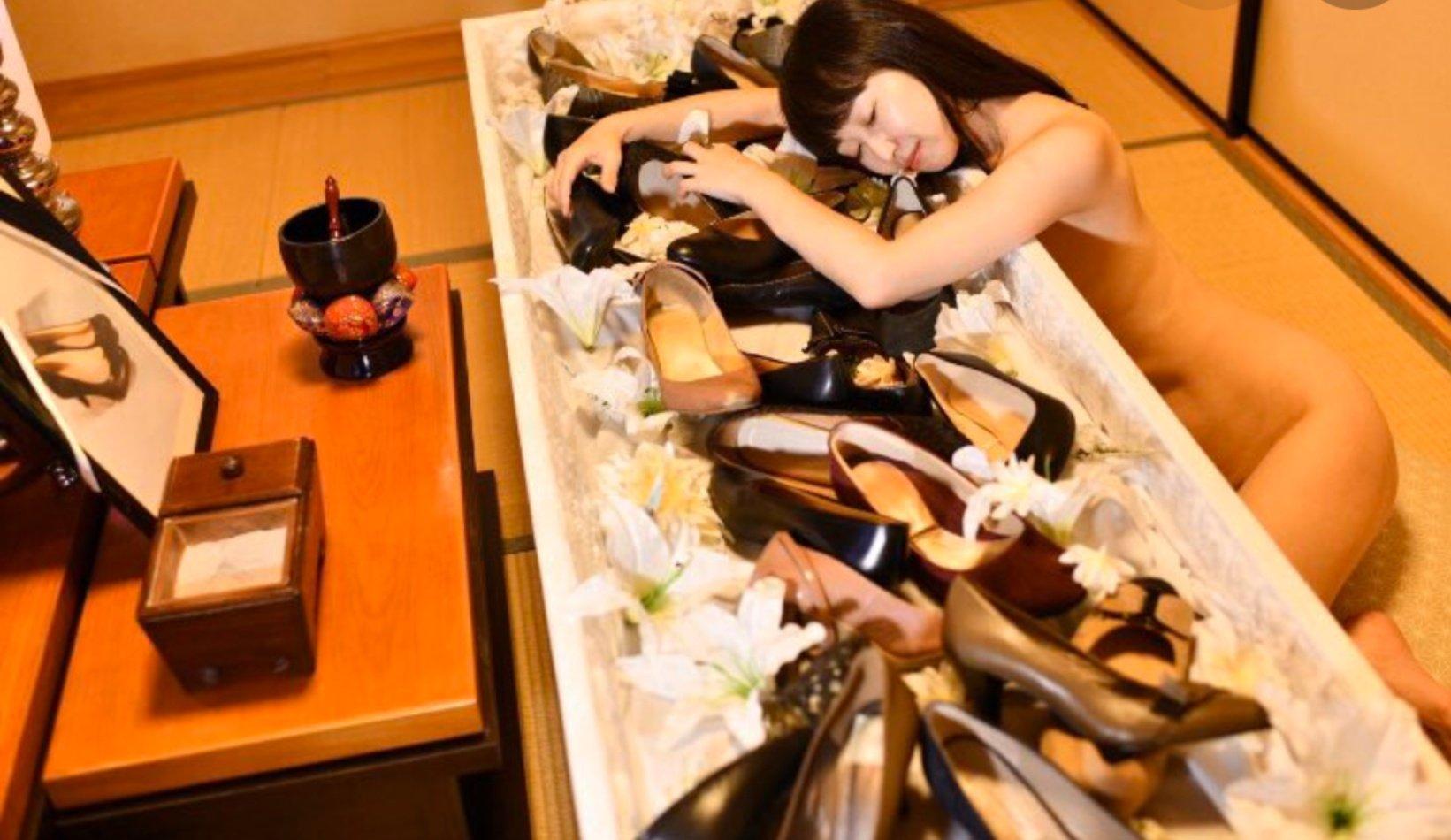 """海乱鬼 on Twitter: """"パチンコ店の広告活動、#KuToo の運動と書籍の広告活動に、女性の身体の露出をフル活用する石川優実さん  https://t.co/J0VEF6yuXJ… """""""