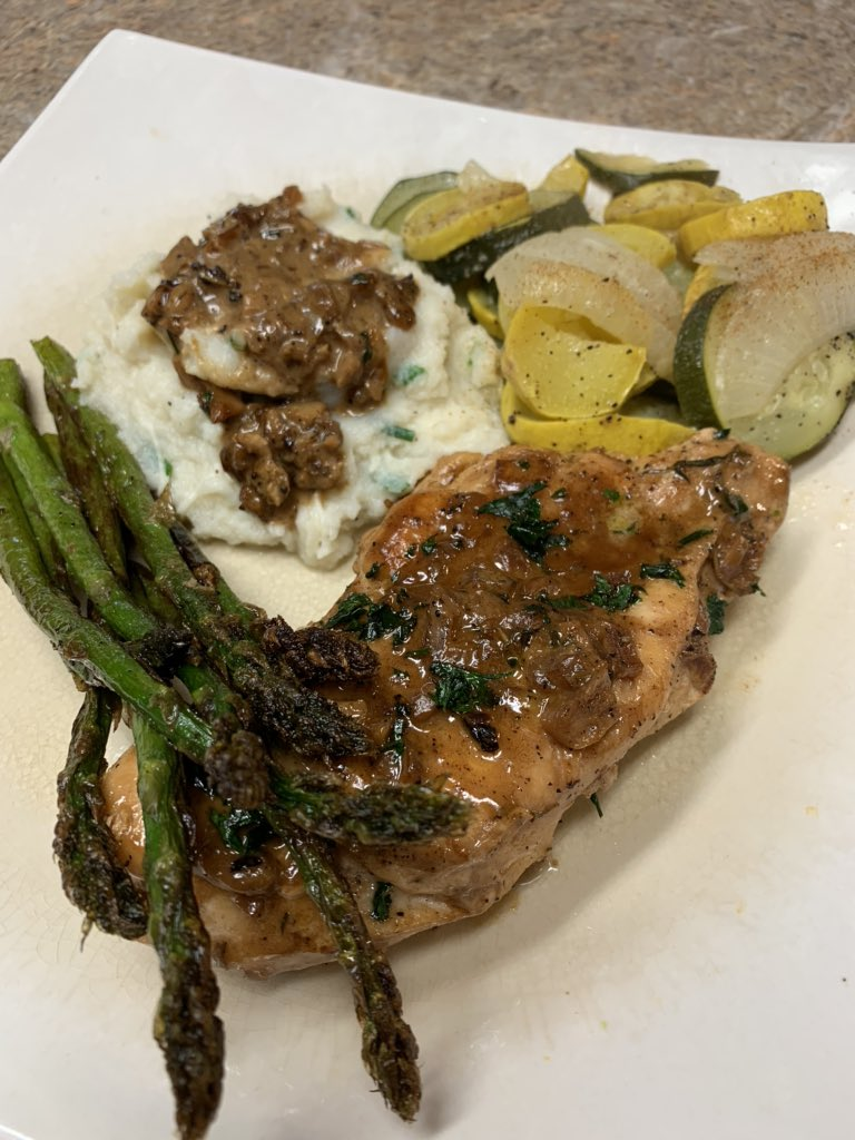 Pan seared chicken with a garlic wine pan sauce, asparagus, mixed veggies and Parmesan and chive cauliflower mash topped with the pan sauce. #keto pic.twitter.com/LAam9w9k1T