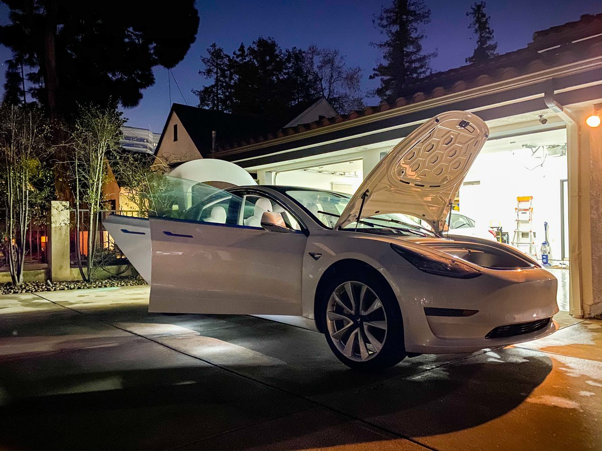 Took me 2 months to notice these courtesy lights under the door #fancy #Tesla #model3 thank you Mr. Musk!pic.twitter.com/McW3UUrBLA