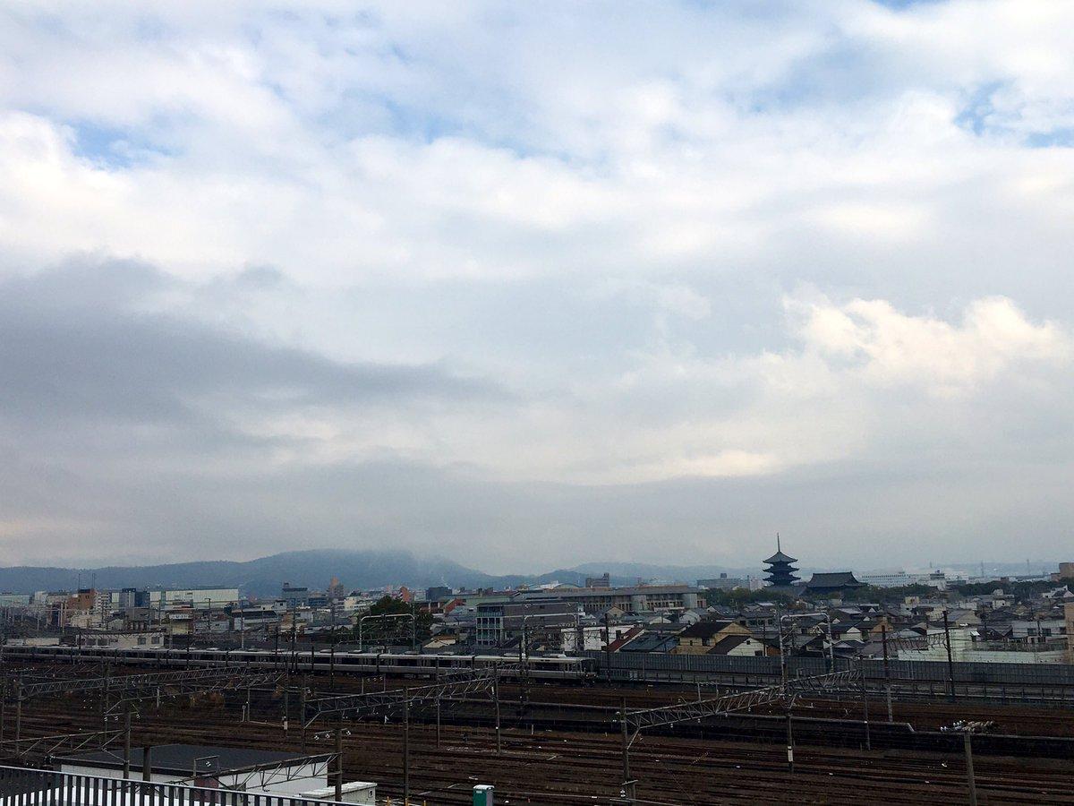 おはようございます 2月23日 223系の日? 京都鉄道博物館スカイテラスから223系と東寺五重塔を撮影 223系のやさしい面立ちは、他の形式にない味わいあり 新快速12両編成は迫力あり #223系 #JR西日本 #京都 #新快速