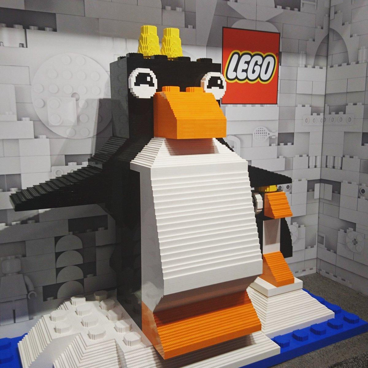 Was man aus #lego so alles bauen kann, zeigt eindrucksvoll dieser süße Pinguin auf der @ToyFairNY. #TFNYpic.twitter.com/kGkDvGfTND