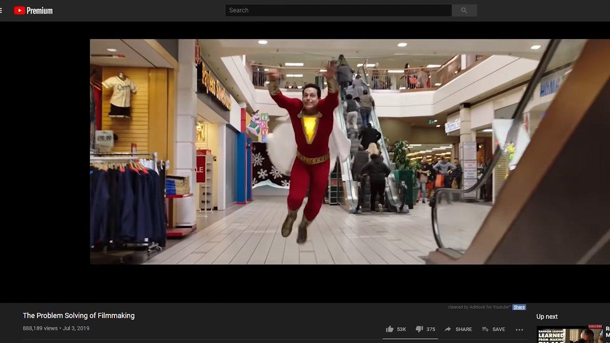 「シャザム!」のあるシーンでうっかりスタッフが写り込んでしまったのをCGで紙袋持たせてモール客にしたってエピソード、おもろいな。