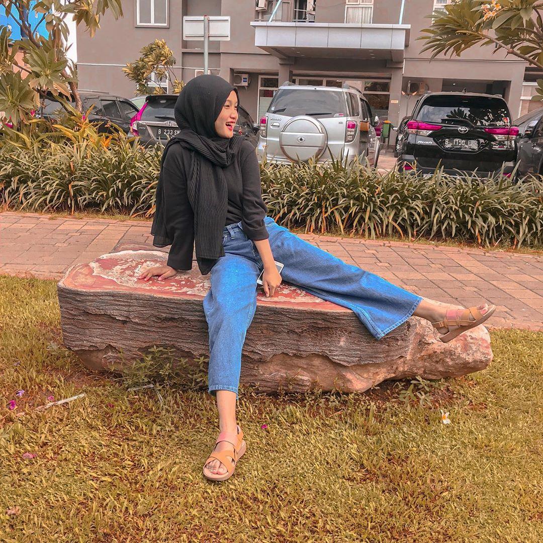 Santai duluu  photo by @aulianrrmhdhni In frame Bawahan : Celana Highwaist Kulot GZ 014 Pertanyaan ? Pembelian ? Klik link diprofile kita girls _______________ #OOTD #Fashion #Style #PhotoOfTheDay #Model #InstaDaily #Travel #Hijab #FashionBloger #OutfitOfTheDay