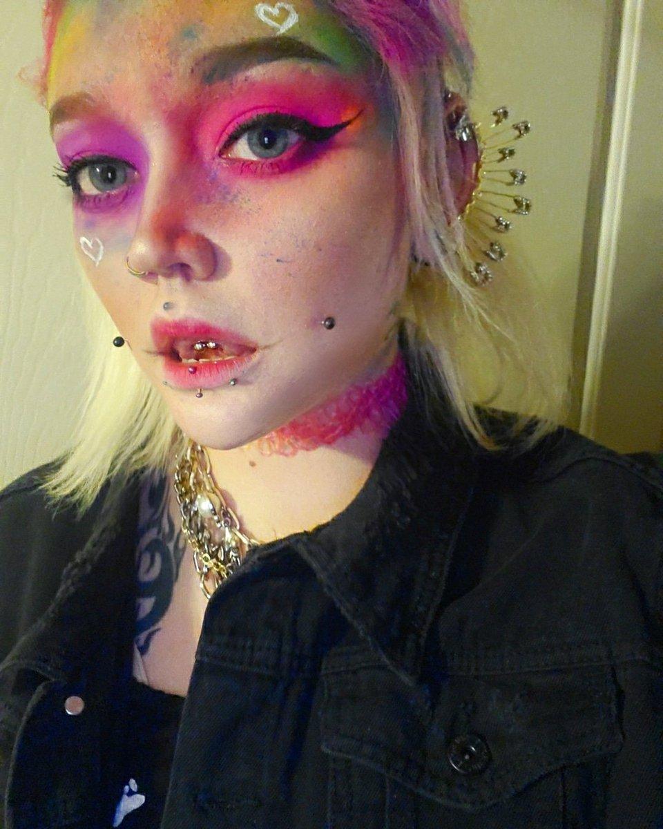 Wish i had better lighting #makeup #NEON