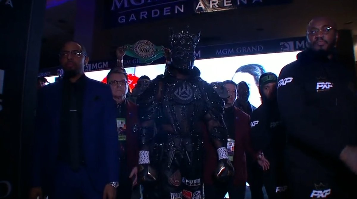 Deontay Wilder makes his way to the ring 💪