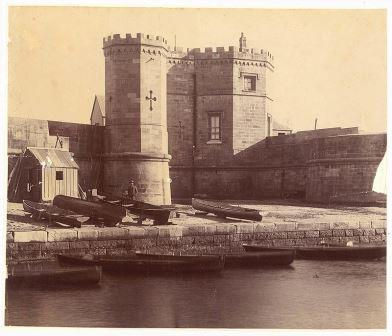 Fort Macquarie stood on site now occupied by the #Sydney Opera House. First built as a battlement fort in 1798 & upgraded to a more substantial fortification on order of Gov Macquarie between 1817 & 1821. Demolished in 1901. Photo below c. 1870.  #nswpol #auspol #twitterstorianspic.twitter.com/hFUng3ESWF