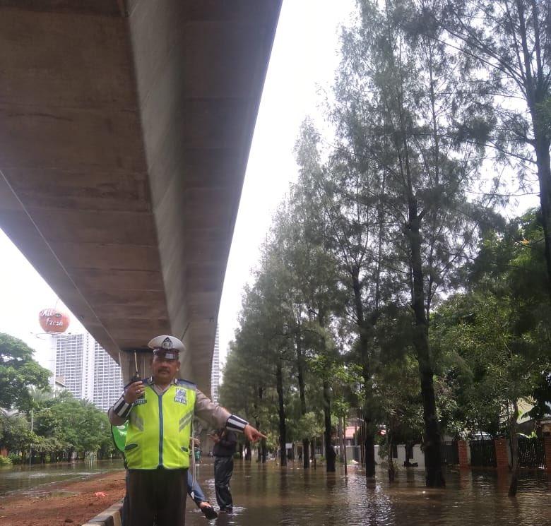 11:14 #Banjir 80 cm di Jl. Raya Kayu Putih Jakarta Timur, sementara tidak bisa dilintasi semua jenis ranmor.