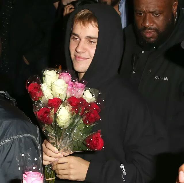 I wish justin gived in every concert a rose 🥺❤️ @justinbieber #Changes #ChangesTour