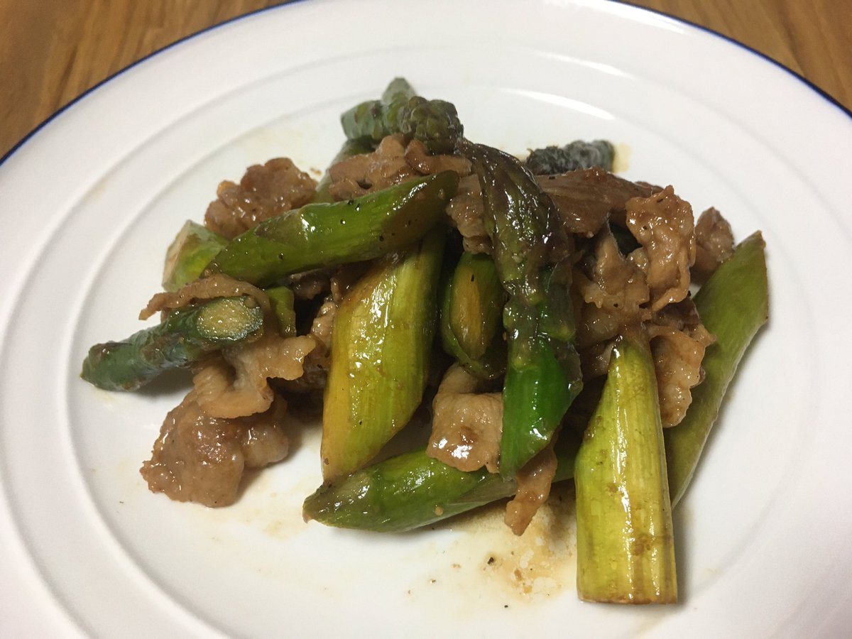 「アスパラ牛肉炒め」のレシピ使って豚肉使ってます。アスパラの歯応えが良きですが、ちょっと炒めすぎたかな?緑をもう少し鮮やかにしたかった😅 #ククれぽ