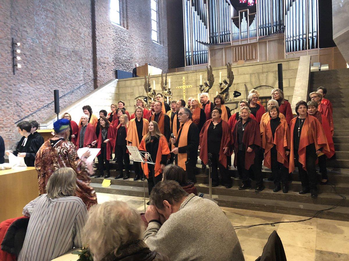 Der Gospelchor Oberasbach sorgt für Stimmung beim Abschluss der #Vesperkirche.pic.twitter.com/W5e34GzZqL