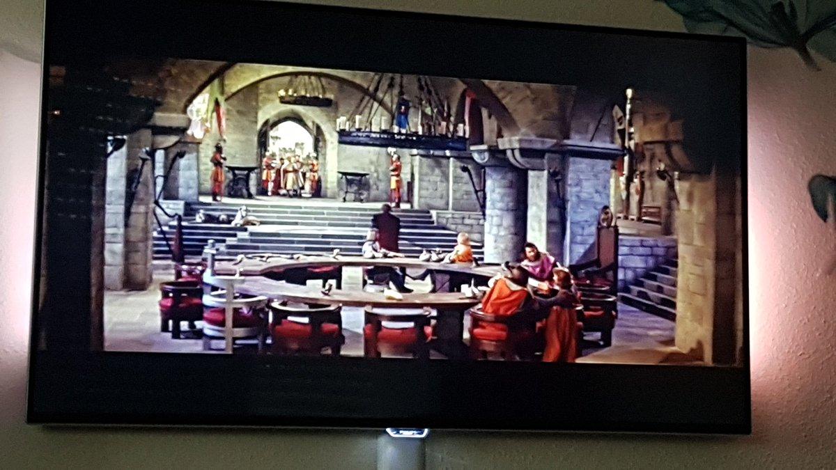 Dä, da läuft der Lieblingsfilm vom Paps... So viele Erinnerungen die man damit verbindet #PrinzEisenherz von 1954pic.twitter.com/9S8VqNBZvs