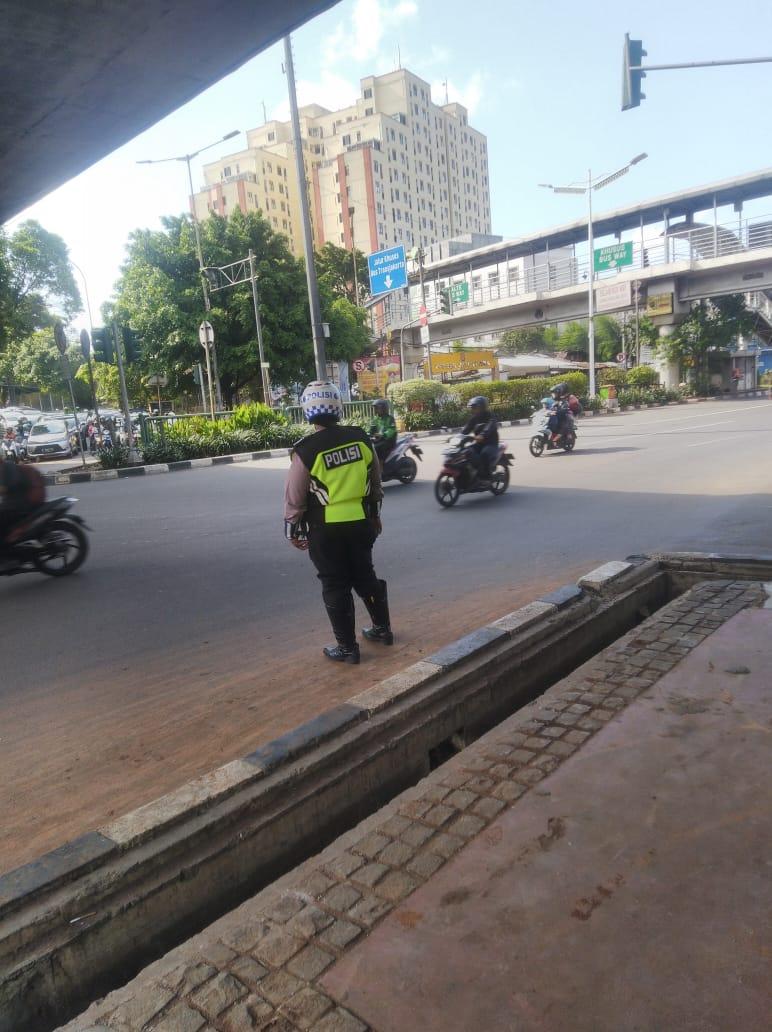 15.40 Situasi arus lalu lintas di TL cawang Kompor Jaktim terpantau ramai lancar