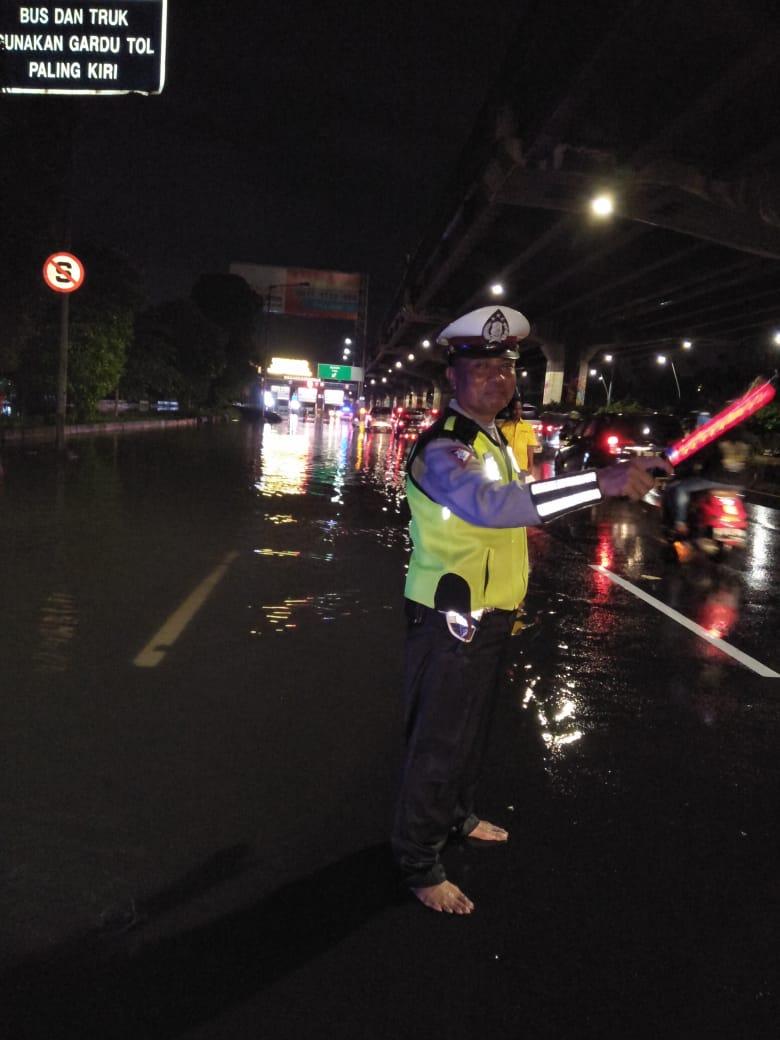 21:40 Imbas Pintu Gerbang Tol Cempaka Putih mengalami gangguan untuk sementara semua kendaraan mengarah Cawang melalui Gerbang Tol Rawamangun,