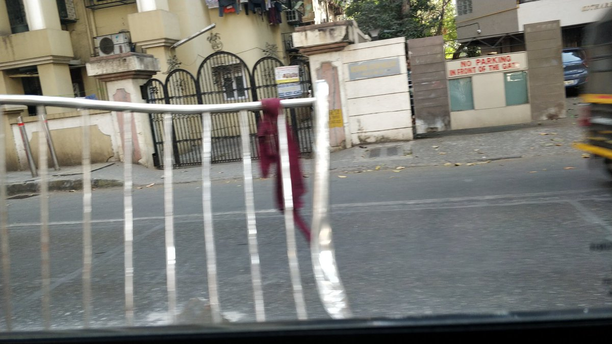 @mybmc @mybmcwardKW  The railings have been broken by an accident. Please fix it immediately. It is causing a lot of inconvenience. Near C.N.M. School, Vile Parle West, Dadabhai road. pic.twitter.com/ug1q8h6CMf