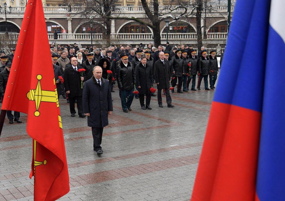 #23февраля: Владимир Путин в #ДеньзащитникаОтечества возложил венок к Могиле Неизвестного Солдата http://bit.ly/2vbQ8g6pic.twitter.com/8ZHoZAg3rY