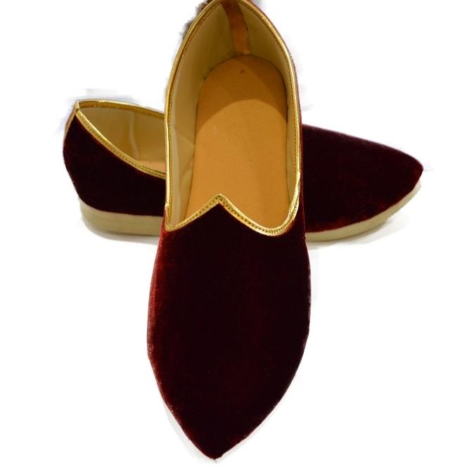 These look very regal!  - - - #geetaarts #desiwedding #desi #greenstreet #eastlondon #ilford #stratford #pakistaniwedding #indianwedding #bangladeshiwedding #weddingseason #asianwedding #groomtobe #wedding #weddingshoes #shoespic.twitter.com/sPgMHbyMFt