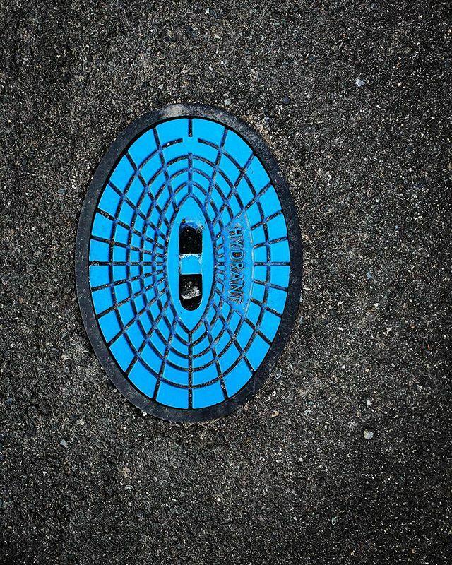 Hasiči hovno hasí . . . . . . . . . . #hydrant #hori #bluedabadee #minimal #streetphoto #igers #igerscz #photooftheday #picoftheday #geometry https://ift.tt/37VLgchpic.twitter.com/H8SEjbsUWl