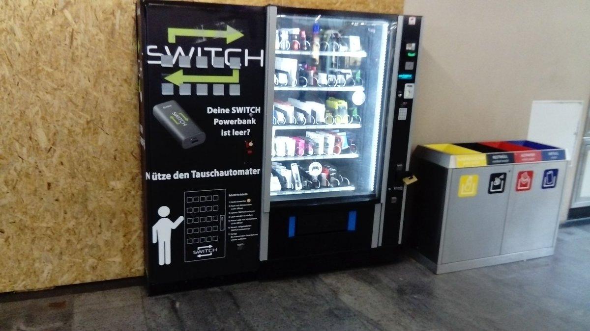 Powerbank Leer-gegen-voll Tauschautomat. Kaufpreis 12€, Tauschpreis 1€. Zukaufen außerdem eine Powerbank mit Handwärmerfunktion. Hier Bahnhof Floridsdorf, auch gesehen am Praterstern.  #KurioseAutomaten #Wien #ReiseReise
