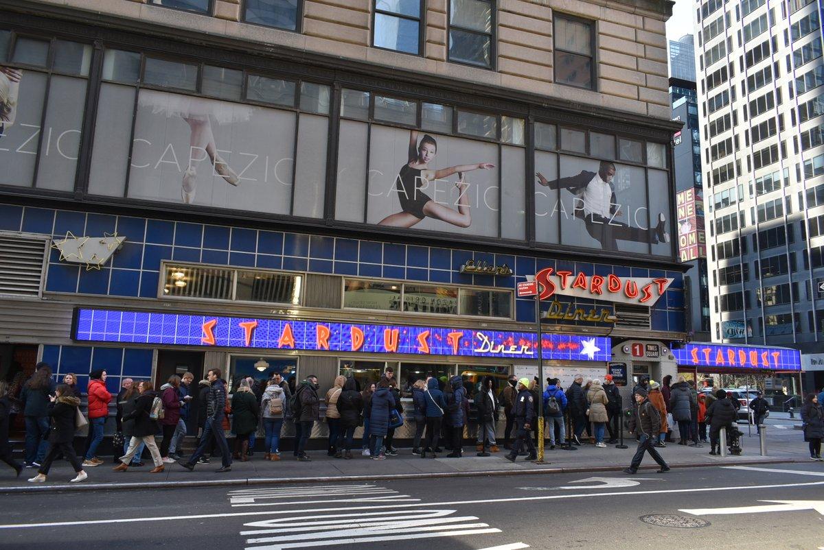 test ツイッターメディア - 朝イチのオープン前から「Ellen's Stardust Diner」に並んだ。料理はボリュームのすごいフツーのダイナーだが、朝から晩まで1ブロックも行列を作り続けるのは、ここが歌うダイナーだったからだ。 #ニューヨーク #NewYork https://t.co/qDcDLqq6Ju