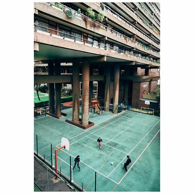Barbican . . . . . . . . . . . #streetclassics #urbanstreetphotogallery #streethunters #streetphotographyjournal #archi_features #unlimitedcities #londonarchitecture #secretlondon #metropolis_london #brutalistlondon #brutalistarchitecture #friendsinp… https://ift.tt/37YfHiopic.twitter.com/sKPA13wDUA