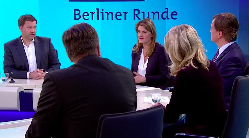 lars guckt den fascho einfach so an als würde er ihm in der u-bahn morgens um 3:12 hässliche kastanienmännchen verkaufen wollen #berlinerrundepic.twitter.com/sMpTx4VZtL