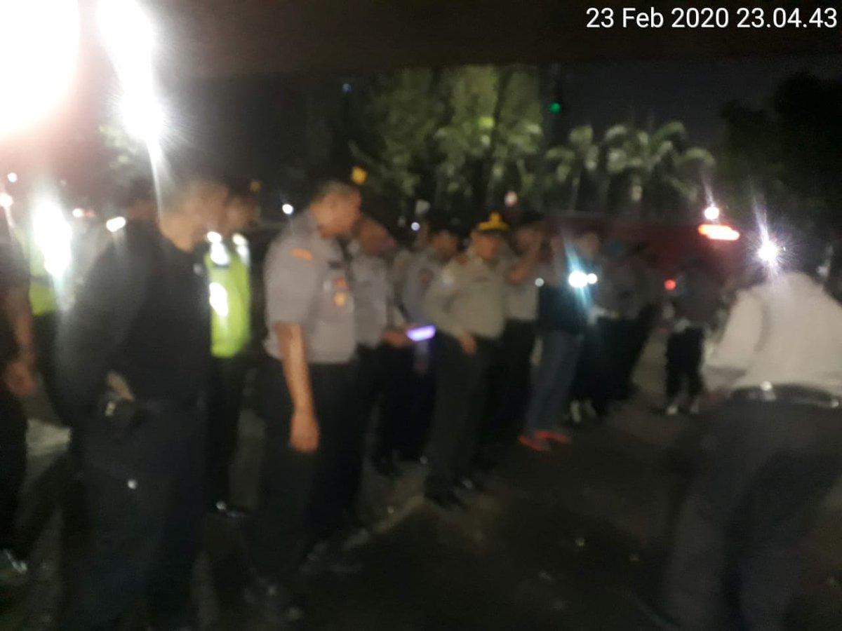 23.35 Res Jakbar beserta Polsek jajaran melaksanakan Apel Cipta Kondusif ( Cipkon ) di Pos Pol Lantas Traffic Light Slipi dilanjutkan patroli kewilayahan guna antisipasi gangguan Kamtibmas.